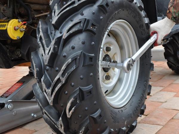 Как заменить и отремонтировать шины для квадроцикла без шиномонтажа?